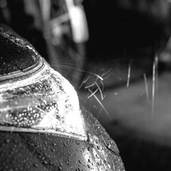Koplampen in de regen