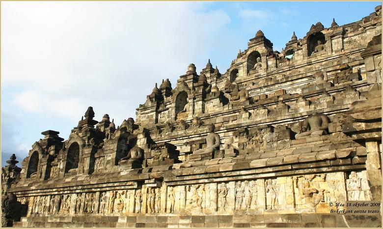 historische oudheid - Dit is de linker vleugel van de Borobudur op Java.<br /> Een restauratie die jaren in beslag nam. Maar nu een majestieus en his