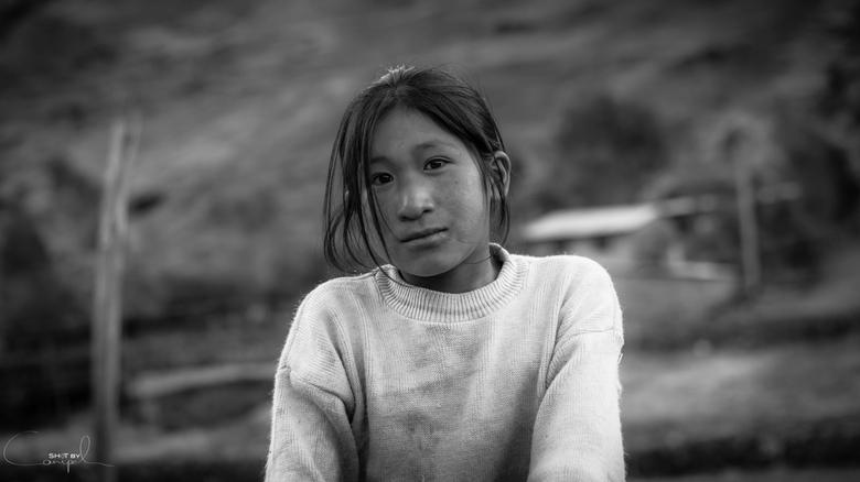 Peruvian girl - Dankzij de lares trekking kwamen we door een paar zeer leuke, maar hele kleine dorpjes. Telkens we eentje passeerde kregen we de dadel