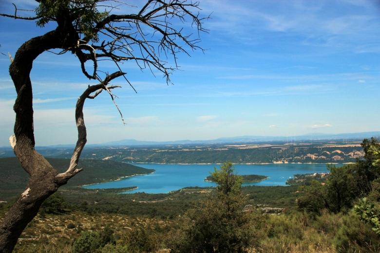 Azuur - Deze foto van dit azuurblauwe meer is gemaakt in Frankrijk.