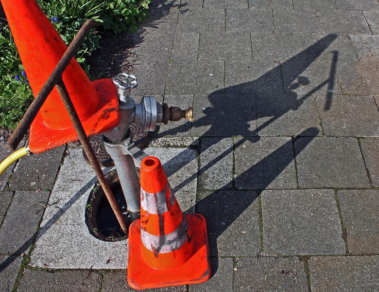 Schaduw - De speelplaats werd schoongespoten en dit niet alledaagse tafereel op het trottoir geeft ook een schaduw.