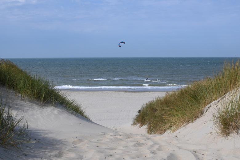 Strandleven - De kitesurfer kwam mooi voorbij het doorkijkje.