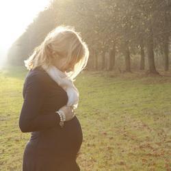 Portret van 23 weken zwangere vrouw
