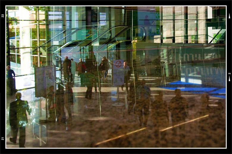 Photokina 2010-16 - Aangezien er heel wat glas in de Messe van Köln is verwerkt, stikt het er van de weerspiegelingen. De wat interessanter dan de and