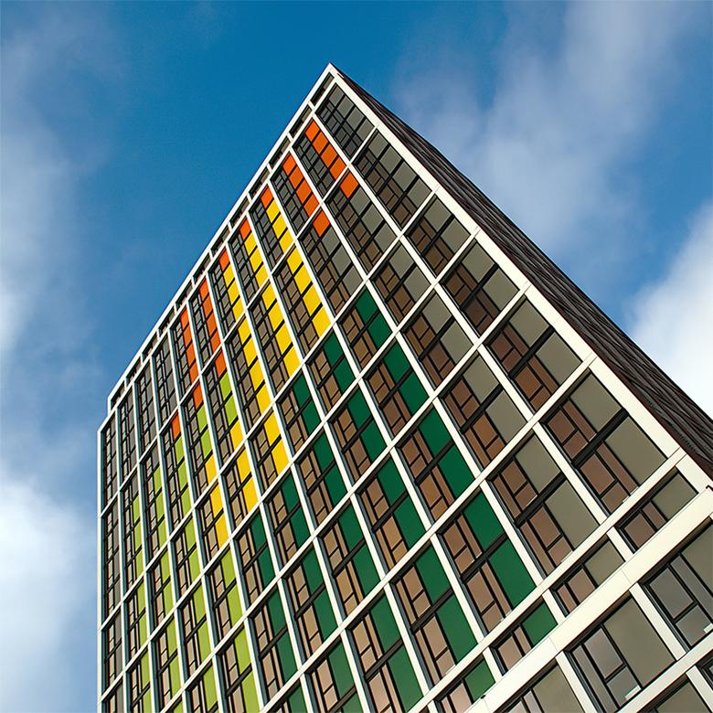 Groningen, kunst naar H.N. Werkman (De Ploeg) - Abstracte uitsnede van een frisch opgeleverd woongebouw (studentenhuisvesting).<br /> De gekleurde vl