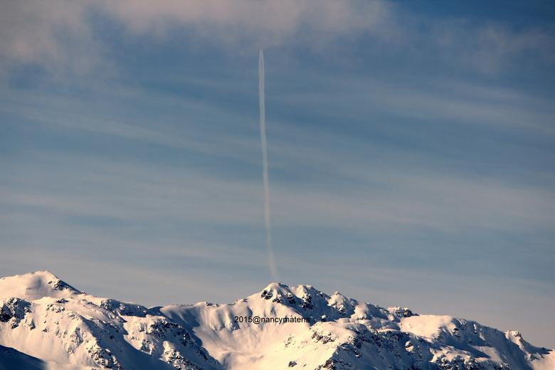 Vliegtuig vliegt uit de berg