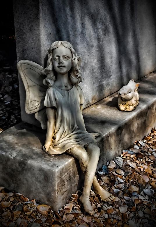 Engel - Grafsteen met een engeltje..  Begraafplaats in Nieuw-Lekkerland.