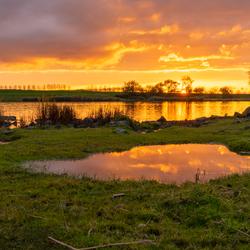 Zonsondergang aan het kanaal