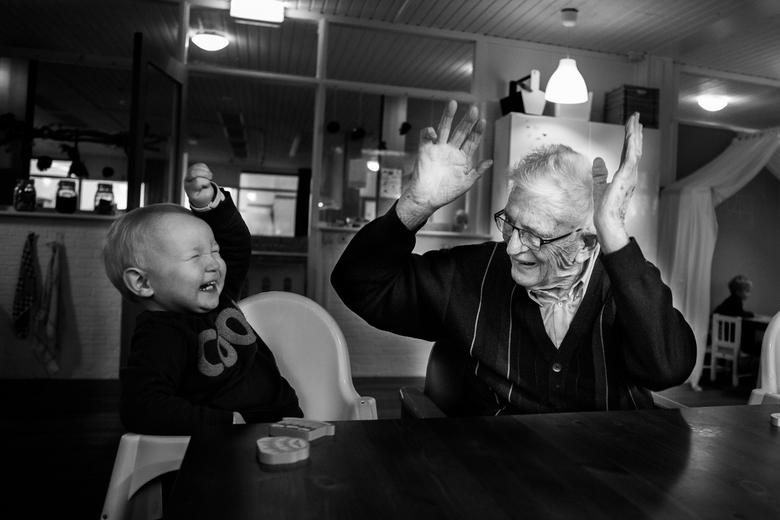 Het maakt niet uit hoe oud je bent, als je maar plezier hebt! - De kinderopvang waar ik mocht fotograferen zit in een pand waar ook ouderen wonen. De