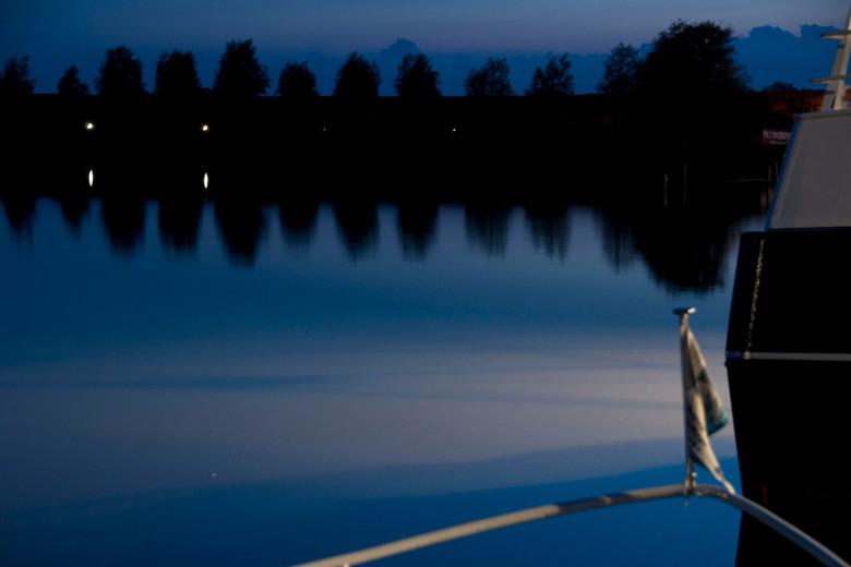 Zoutkamp by night - Mysterieus licht 's avonds in de haven van Zoutkamp