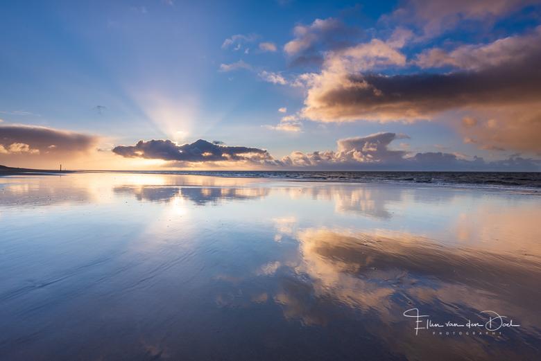 Mirror - Een perfecte spiegel op het strand tijdens zonsondergang.