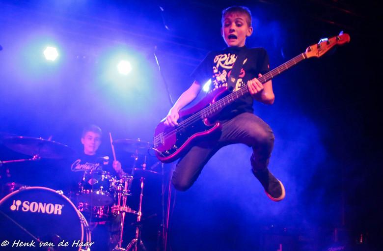 Jump! - Gewoon even een 13 jarig jongetje die een vette jump zet met zijn bass gitaar!!!