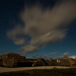 Schiermonnikoog, bunker Wassermann bij maanlicht