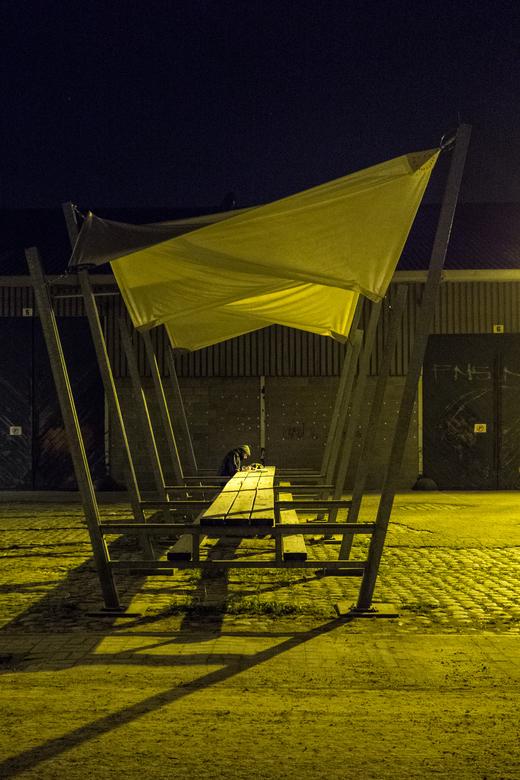 """Eenzame Nacht - Antwerpen - Deze man heeft in het turbulente Antwerpen een mooi rustig plekje kunnen vinden <img  src=""""/images/smileys/wilt.png""""/>."""