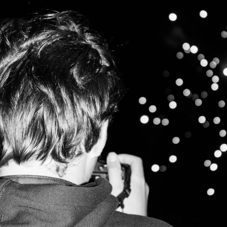 Jongeman fotografeert vuurwerk - Een jongeman, die voor mij stond, heb ik gefotografeert,tijdens het vuurwerkfestival Knokke-Heist 2013.