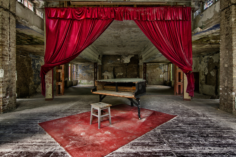 The Red Stage - Urbex decor met piano in DDR