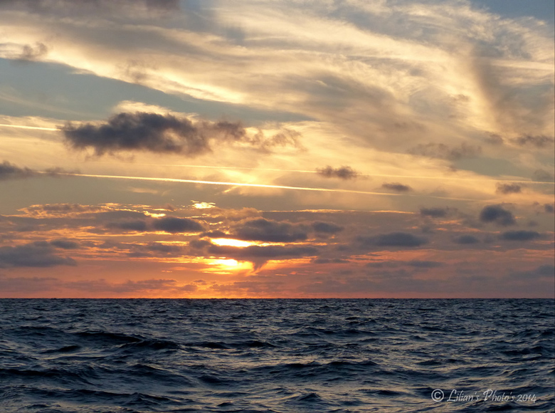 Sea &amp; Sky - Het schip vaart richting Borkum en wij gaan verder met ons reis. <br /> Mijn man gaat een paar uurtjes slapen dus neem ik de wacht.<b