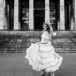 Runaway bride in Paris