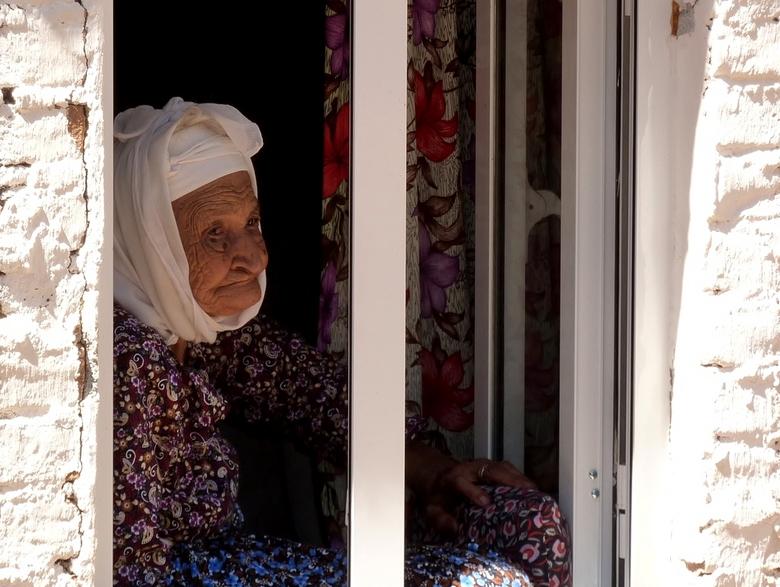oud turks vrouwtje , - ik kwam deze opname van het oude vrouwtje weer tegen alleen in haar oude woning, de woning viel van ellende bijna in elkaar, ma