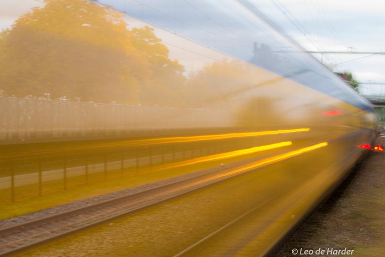 Voorbij rijdende trein - Herfsttinten in de voorbij rijdende trein.
