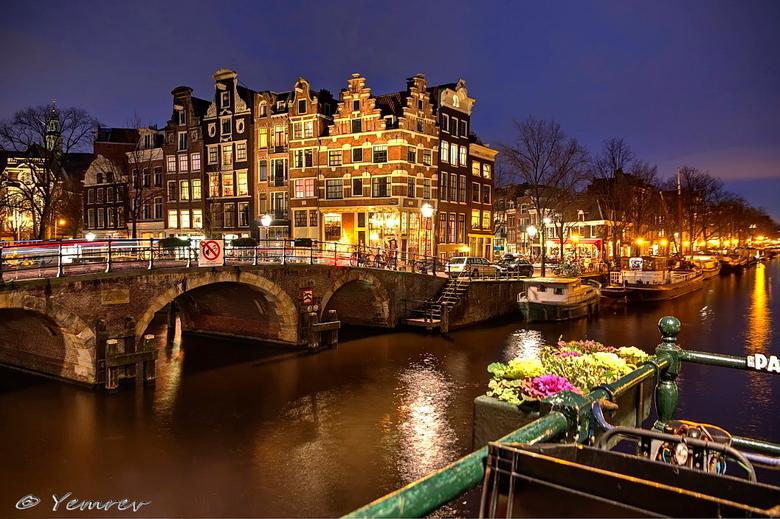 Amsterdam, Papeneiland - Papeneiland vanaf de Papiermolensluis, één van de meest fotogenieke plekjes in Amsterdam. Een combinatie van drie belichtinge