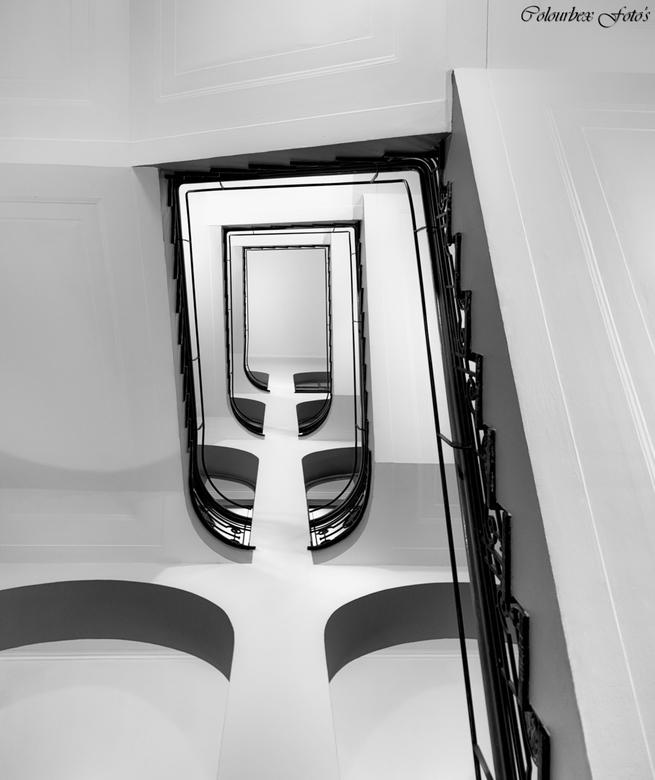 Witter dan zwart - Altijd weer op zoek naar nieuwe invalshoeken... <br /> <br /> Nog een prachtig kunstwerk van een trap uit mijn collectie.