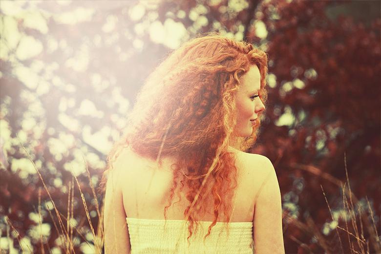 Zonlicht rood - Het meisje Coby met haar prachtige rode haar in het zonlicht.