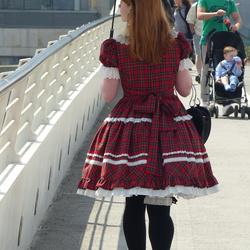 Koket meisje op de brug