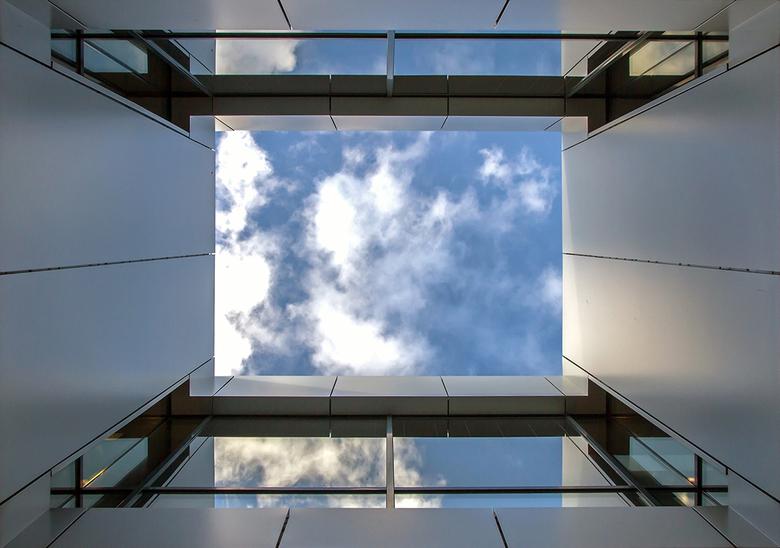 Water building 2 (doorkijk) - Een doorkijk in het gebouw op de aluminium palen(water building)