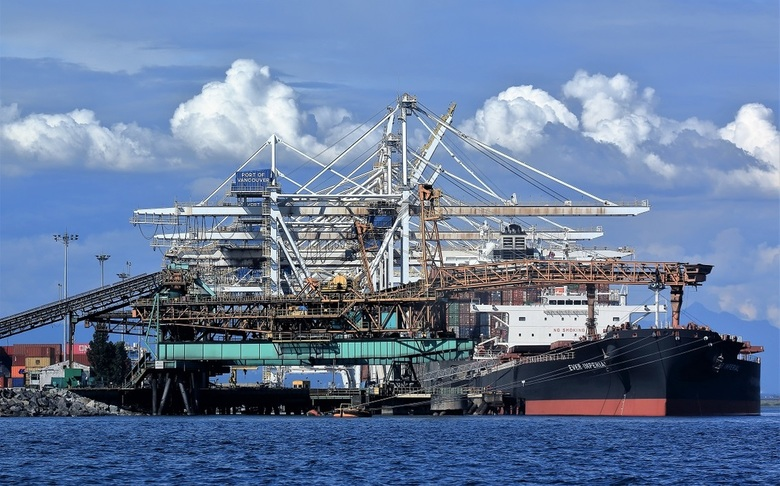 Verstilde bedrijvigheid - In de haven van Vancouver wordt een schip gelost of geladen. Hoewel de installaties veel bedrijvigheid suggereren is daarvan