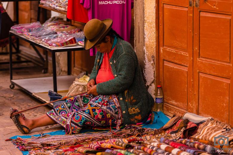 Kleurrijk - Tijdens de dagexcursie Sacred Valley vanuit Cusco kwamen we in het stadje Pisac op een heel kleurrijke en levendige markt. Ik zocht positi