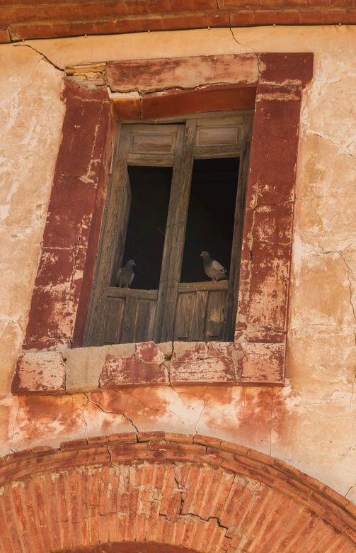 Goede buren - Detail van één van de gebouwen in het bewoonde monument La Colonia de Santa Eulalia, nabij Sax in zuid Spanje.
