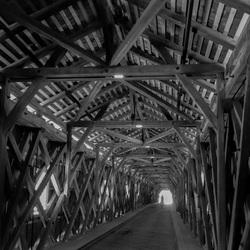 Doorkijk houten brug.