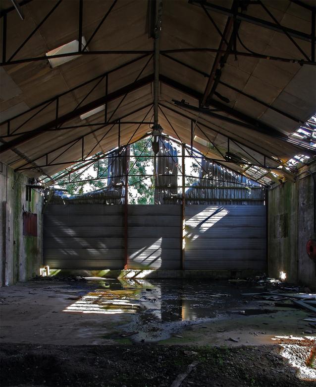 Voormalige oudijzerhandel 1 - Dit gebouw staat inmiddels vijf jaar leeg en moet gesloopt worden voor woningbouw maar dat lukt nog niet zo goed.