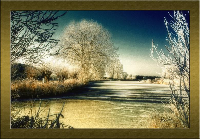 Winterlandschap - bewerkt - Deze keer mezelf eens helemaal uitgeleefd in photoshop.<br /> Met contrasten en kleuren, eigenlijk wilde ik er een soort