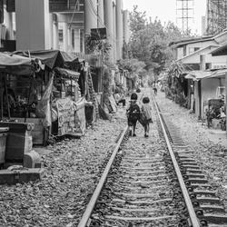 Schoolkinderen lopen naar huis in Bangkok