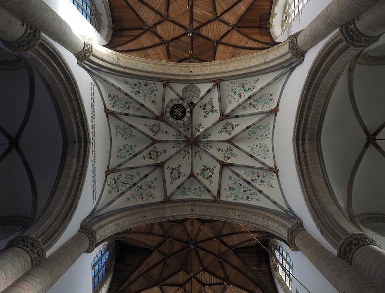 SINT BAVO 2 - Nu precies  onder de toren...<br /> Het word gedragen door 4 prachtige pilaren,met beschilderingen uit de 1e helft van de 15e eeuw,<br