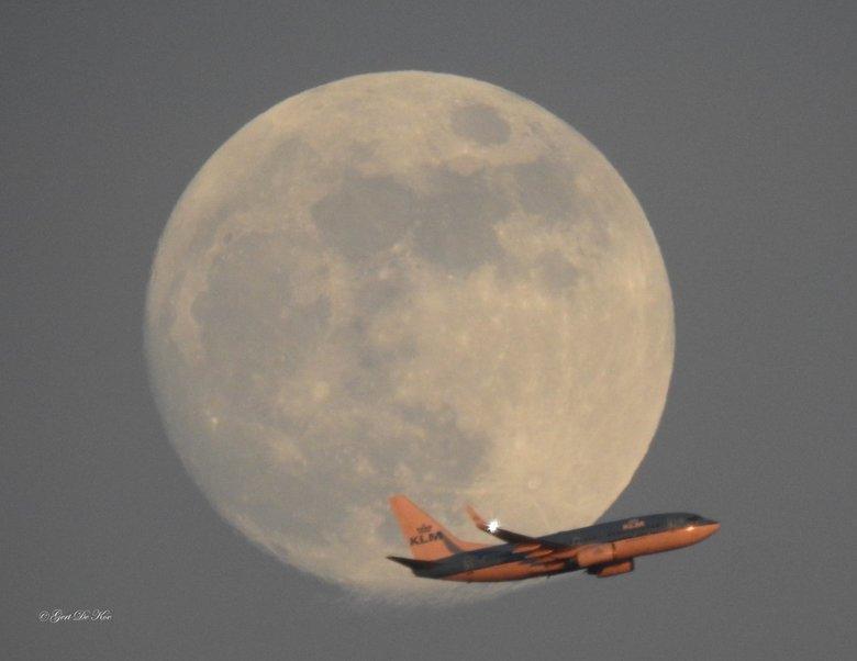 Ondergaande zon geeft KLM toestel een andere kleur