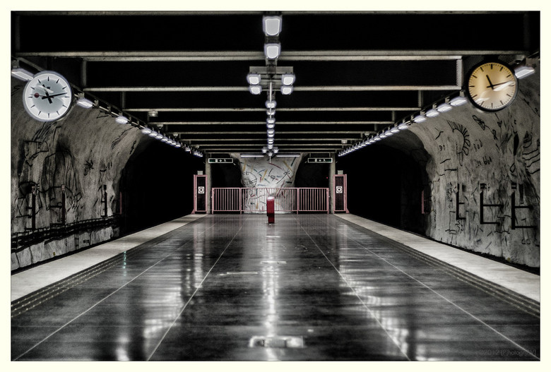 Tijd om te gaan - Metrostation Hallonbergen, Sundbyberg (Stockholm).