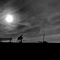 Met een bike op de dijk
