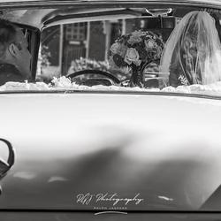 Bruiloft echtpaar in auto