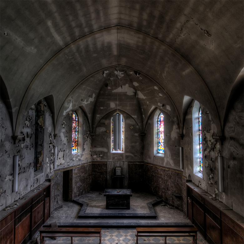 verval binnen de kerk - vervallen kerk in Belgie