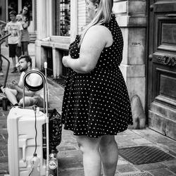 Vol bewondering voor haar straatmuzikant!