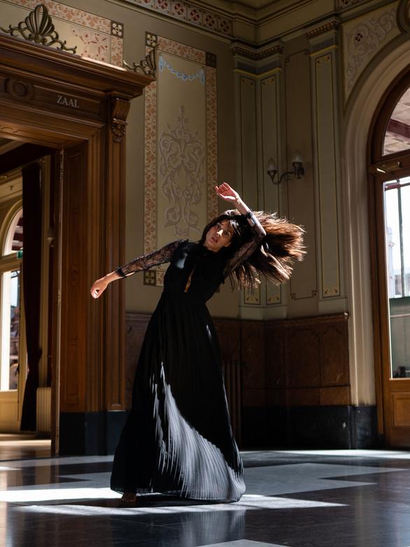 Melisa Diktas - Spoorweg museum - WE ARE ART is een online-expositie over dansers op zoek naar publiek. <br /> <br /> Als professioneel danseres en