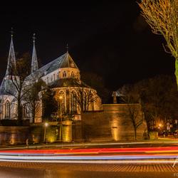 Kerk in Deventer gezien van achter de rotonde