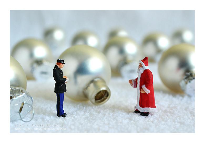MINI - X-mas troubles - De agent luisterde aandachtig naar de beschrijving die de kerstman gaf van het verdwenen onderdeel...