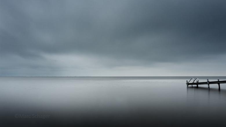 Leeg. - Stormlucht boven het IJsselmeer.