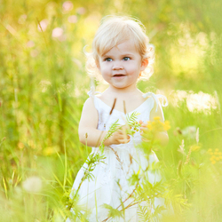 Vera tussen het gras/bloemen