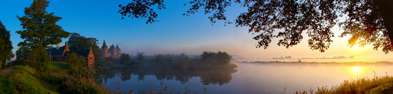 Mooi Muiden - panorama van vier foto&#039;s, ochtendzon bij Muiderslot. De mist met de kleuren geven dit een magisch geheel.<br /> gr hans