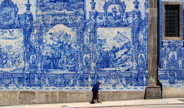 Portugees portret - Voor deze Portugese muur van azulejo-panelen wil je natuurlijk geen toerist, dus wachten, wachten, helaas, dan maar doorlopen, en
